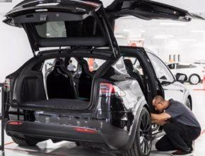 auto elektromobil Tesla Model X servis technici
