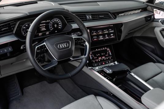Stavba interiéru, především palubní desky a středové konzole, je u Audi e-tron viceméně klasická.