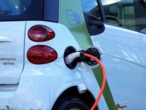 elektromobil smart ed u nabíjecí stanice
