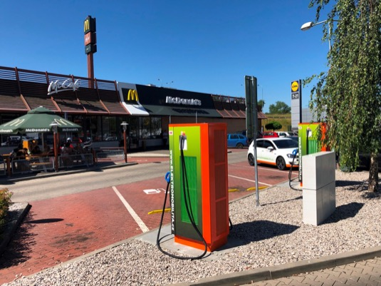 McDonald´s ve spolupráci s ČEZ rozšiřuje nabídku pro řidiče elektromobilů.