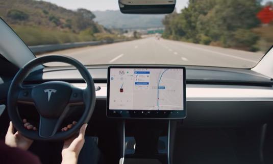 auto elektromobily Tesla Autopilot robotické řízení autonomní