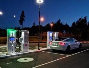 auto elektromobil Tesla Model 3 na nabíjecí stanici Ionity v Norsku