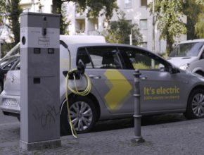 auto elektromobil sdílení aut WeShare Berlín nabíjení u nabíjecí stanice