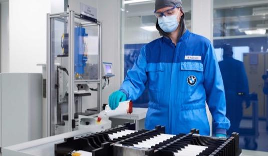 Výroba bateriových článků v továrně BMW