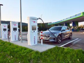 auto elektromobil Audi e-tron u nabíjecí stanice Ionity Beroun