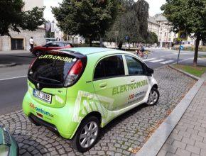 auto elektromobil Peugeot iOn parkování na vyhrazeném stání zdarma