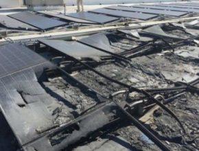 spálené solární panely střešní elektrárny SolarCity-Tesla na střeše obchodu Walmart.