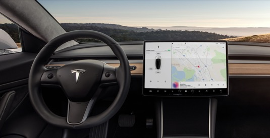 Vidíte ten nevkusný černý rámeček? Tak ten už v dalších verzích elektromobilu Tesla Model 3 nejspíš nebude.