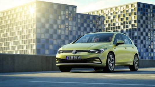 Volkswagen Golf nové generace přijíždí v několika hybridních verzích, ale žádné čistě elektrické. Je to pochopitelné, k tomu má Volkswagen zcela novou rodinu vozů ID.