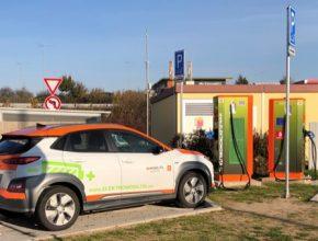 auto elektromobil Hyundai Kona Electric u rychlonabíjecí stanice ČEZ