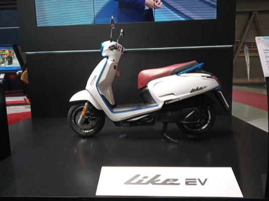 Velký stánek si na letošním e-Salonu zařídil tchajwanský výrobce elektroskútrů a nově i elektromotorek Kymco.