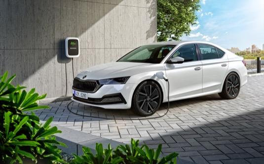 Nová Škoda Octavia nabízí pohon všech kol, více možností nastavení podvozku a adaptivní podvozek DCC s volbou jízdního režimu Driving Mode Select