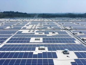 solární elektrárna panely továrna Škoda v Indii