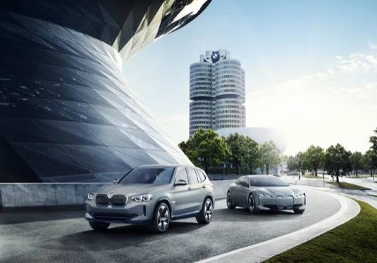 Elektromobily BMW iX3 a v pozadí iNEXT