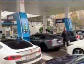 auto elektromobily na benzince čerpací stanici v Amsterdamu