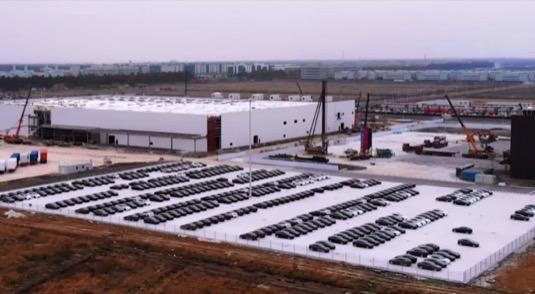 auto elektromobily Tesla Model 3 výroba elektromobilů Gigatovárna 3 Šanghaj Čína