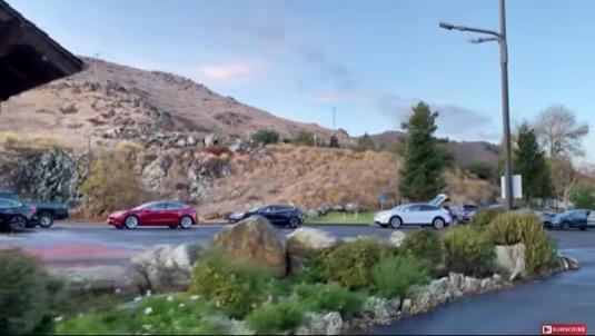 auto elektromobily Tesla u nabíjecí stanice Supercharger