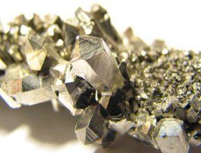 Niob je kovovým, přechodným prvkem 5. skupiny periodické tabulky. Nachází využití v elektronice a metalurgii při výrobě speciálních slitin.