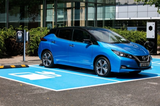 auto elektromobil nový Nissan Leaf u nabíjecí stanice