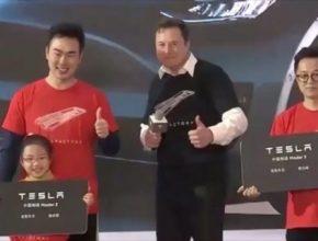 auto Elon Musk Tesla Gigatovárna Gigafactory 3 Čína Šanghaj předání prvních kusů elektromobilů Tesla Model 3 zákazníkům.
