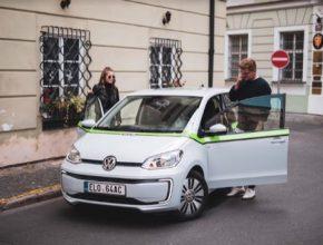 Vedle ekologicky šetrné formy sdílení aut a dostupných cen za pronájem, je dalším benefitem nové služby sdílení elektromobilů GreenGo bezplatné parkování na modrých a na fialových zónách po celé Praze.