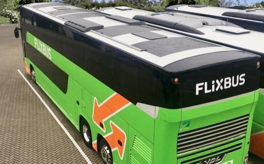 První autobus se solárními panely jezdí mezi Dortmundem a Londýnem. Vyrobená sluneční energie dobíjí zařízení ve voze (klimatizace, USB, Wi-Fi)