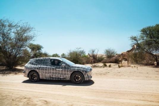 Elektromobil BMW iNext v Jihoafrické republice překonává nejrůznější nástrahy spojené s extrémním teplem, slunečním zářením a prachem na nezpevněných cestách.