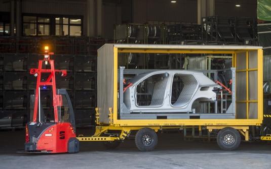 Vozidla AGV zajišťují hospodárnější vnitropodnikové dodávky dílů a nahrazují nákladní vozidla, čímž snižují emise. Každá souprava má užitečnou hmotnost 10 tun a všechna vozidla dohromady ujedou 240 kilometrů denně.