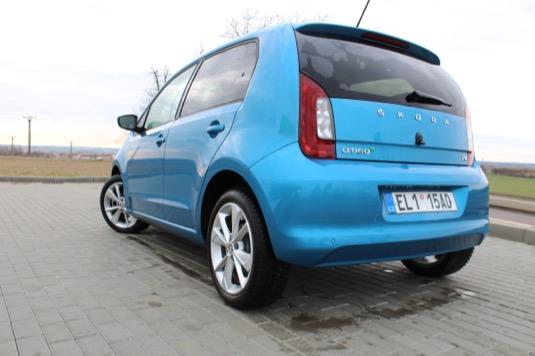 Navzdory svým malým rozměrům nepřekvapí CitigoE iV nějak zvlášť malým průměrem otáčení, který má hodnotu 9,8 metru. I tak se ale s autem jezdí náramně dobře, což ostatně platilo už i pro benzinovou/CNG verzi.