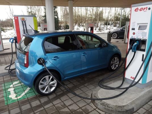 V disciplíně rychlonabíjení rozhodně nepatří elektromobil Škoda CitigoE iV mezi premianty. Oficiálně má umět přes CCS až 40 kW. Reálně je ale špička na 35 kW, běžný výkon kolem 25 kW. U stojanu rozhodně nemá cenu čekat přes 70 % nabití baterie, kdy výkon nabíjení začíná klesat až k jednotkám kW.