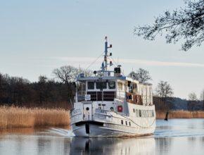 Loď M/S Rex je každodenně provozována na 75minutové trase u jezera Mälaren, mezi městským centrem Stockholmu a ostrovem Ekerö – známým díky dvěma památkám zapsaným na seznamu světového dědictví UNESCO, včetně Drottningholmského paláce, který je sídlem švédské královské rodiny.