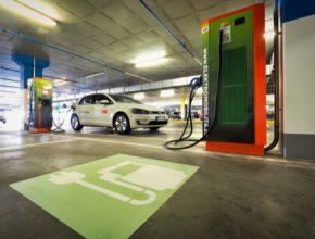 V České republice je aktuálně registrováno téměř 3000 elektromobilů, přičemž jen za první dva měsíce letošního roku jich nově přibylo 600. Odhady dalšího vývoje počínaje rokem 2020 hovoří o ročních prodejích v řádu tisíců elektromobilů a plug-in hybridů.