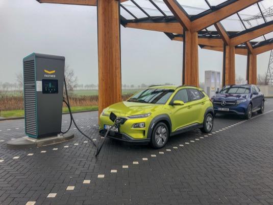 Cesta elektromobilů Mercedes-Benz EQC a Hyundai Kona Electric z Česka do Amsterdamu a zase zpátky