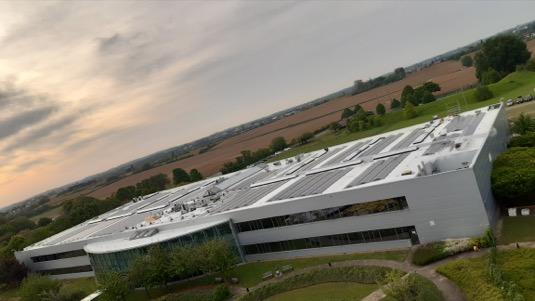 Toyota nedávno před svými budovami nainstalovala větrnou turbínu využívající nejnovější technologie. Na střeše Centra poprodejních služeb Toyota bylo dále nainstalováno na 1400 fotovoltaických panelů.