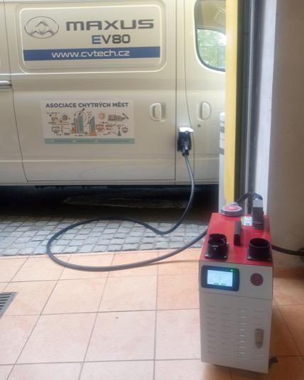 Pomocí mobilní 30 kW DC nabíječky EV-SOLUTIONS dobijete Maxus EV80 do plna za necelé 2 hodiny.