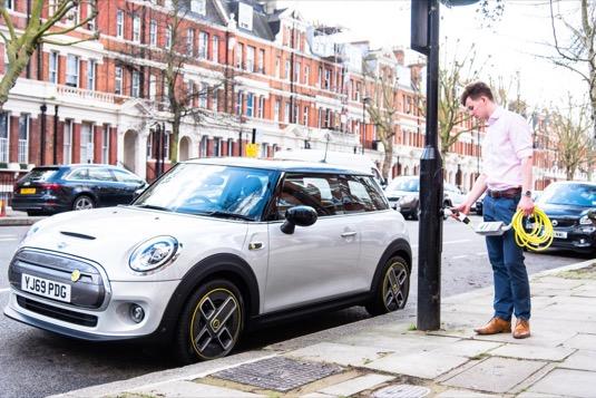 Úprava ulice reaguje na rostoucí poptávku po elektrických vozidlech, v ulici přibylo 24 nabíjecích míst