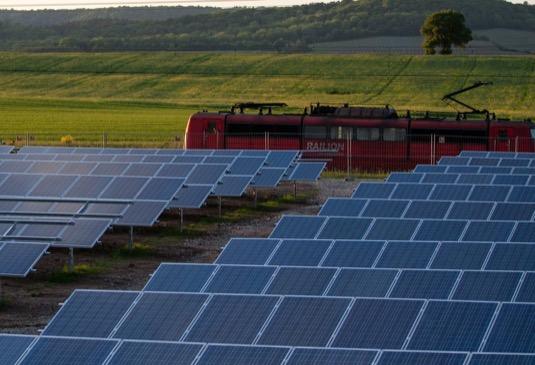 solární elektrárna solární panely články výroba elektřiny obnovitelné zdroje