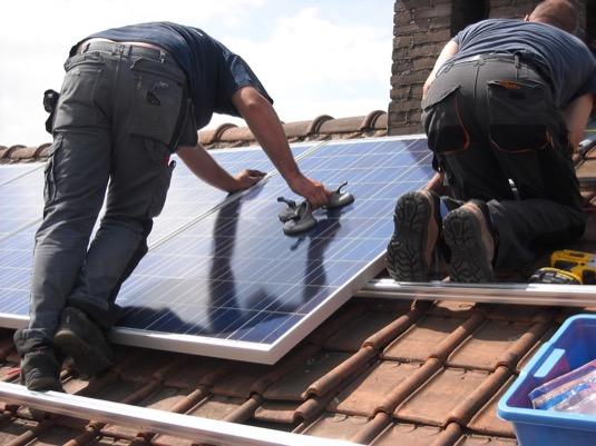 instalace solárních panelů fotovoltaické elektrárny na střeše