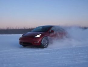 auto elektromobil Tesla Model Y při testu na ALjašce