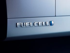 Průkopníkem v oblasti vodíkového pohonu je mimo jiné i japonská Toyota se svým modelem Mirai. Ten na trh již brzy přijde ve své druhé generaci. Sedan na palivové články o délce 4,89 metru je poháněn pouze vodíkem, který se v palivovém článku proměňuje na elektrickou energii pohánějící elektromotor o výkonu 113 kW. Dojezd na plnou vodíkovou nádrž má být 600 km.