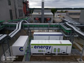 Moderní energetický zdroj nahradil ve městě Planá nad Lužnicí původní teplárnu. Na tuzemské poměry unikátní technologie umožňuje svysokou účinností vyrábět elektřinu a teplo, navíc je doplněna o solární elektrárnu a baterii o výkonu 4MW. Výsledné ekologické řešení výrazně zlepšilo kvalitu ovzduší vokolí. Škodlivé emise se podařilo snížit až o 90 %. Zdroj navíc nahrazuje vposkytování služeb výkonové rovnováhy tradiční uhelné elektrárny, které jsou významnými producenty emisí do ovzduší.
