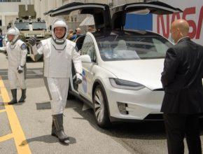 Astronauti Bob Behnken a Doug Hurley právě vystoupili z elektromobilu Tesla Model X a vydávají se na cestu k ISS.