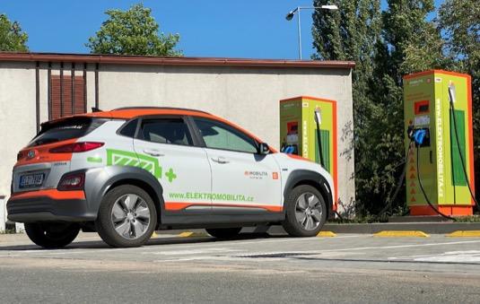 Elektromobil Hyundai Kona EV u nabíjecí staníce ČEZ