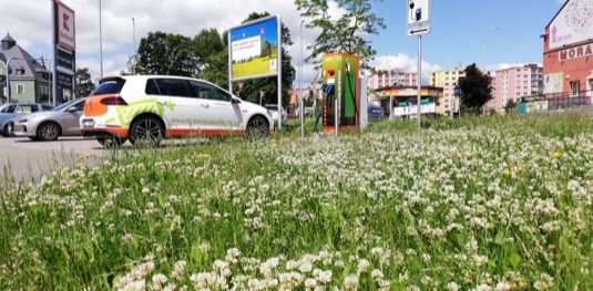 I ve ztížených podmínkách daných omezeními v období pandemie koronaviru zde Kaufland ve spolupráci s ČEZ připravil pro zákazníky rychlodobíjecí stanice umožňující doplnit baterie elektromobilu i během kratšího nákupu. Pokračuje tak spolupráce, která už rozšířila nabídku pro řidiče e-aut o celkem 33 dobíjecích stojanů u 28 prodejen.