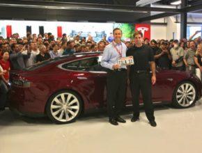 Steve Jurvetson (vlevo), investor a člen správní rady společnosti Tesla, odjel před osmi lety prvním vyrobeným elektromobilem Tesla Model S. Vpravo spoluzakladatel Tesly JB Straubel.