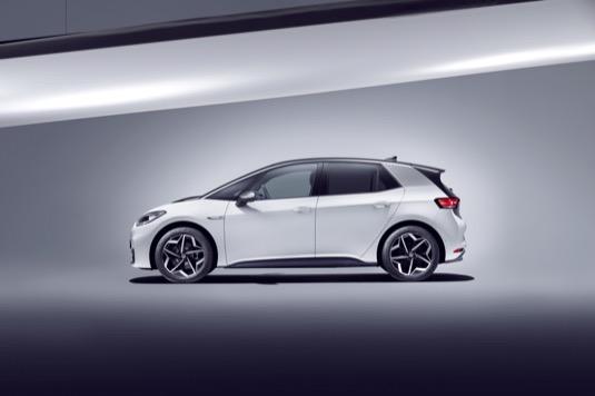 Volkswagen ID.3 jde na trh už v létě. Jde o elektromobil se třemi variantami baterie (45 kWh, 55 kWh, 77 kWh) postavený na nové platformě MEB. Právě ta je základem spolupráce automobilek Ford a Volkswagen v oblasti elektromobility.