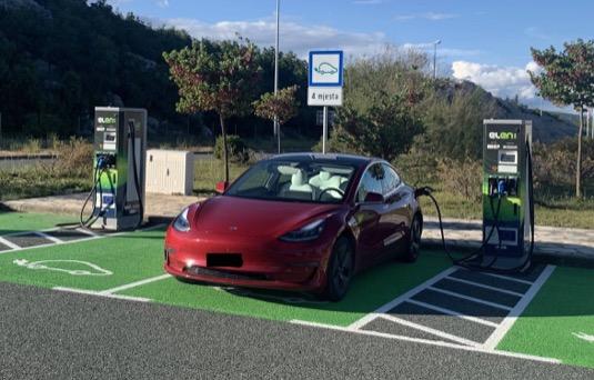 Elektromobil Tesla Model 3 u nabíjecí stanice