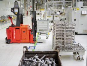 Díky technologii internetu věcí proces umožňuje plynulé automatické zásobování dílů tam, kde je jich potřeba - což dále zvyšuje produktivitu výroby.