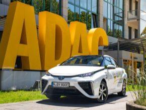 V loňských silničních testech ADAC dosáhl model Mirai dojezdu 484 km, což předčilo většinu elektromobilů poháněných standardními bateriemi.