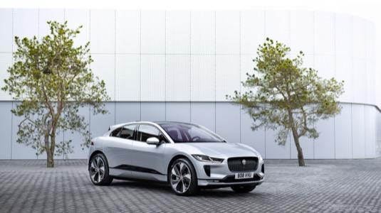 Čistě elektrické výkonné SUV I-PACE nyní nabízí nabíjení třífázovým střídavým proudem, nový infotainment a nejmodernější technologie, které jsou zaměřené na cestující.